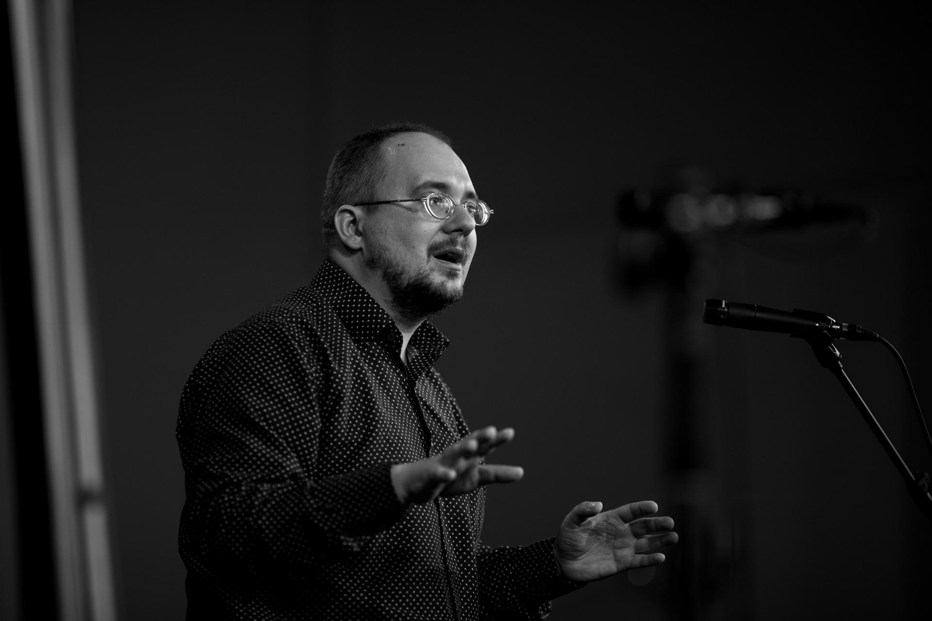 https://festiwalopowiadania.pl/wp-content/uploads/2021/09/18-listopada-godz.-19.00-JARKI-KAMIEŃ-do-podmiany-Ł.-Szypkowski-fot.-Bernard-Łętowski.jpg